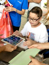 Le Marché de Noël present Zi Yuan with his heartfelt wish : an iPad